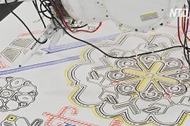 Промышленный робот сменил профессию и теперь рисует древнерусские узоры