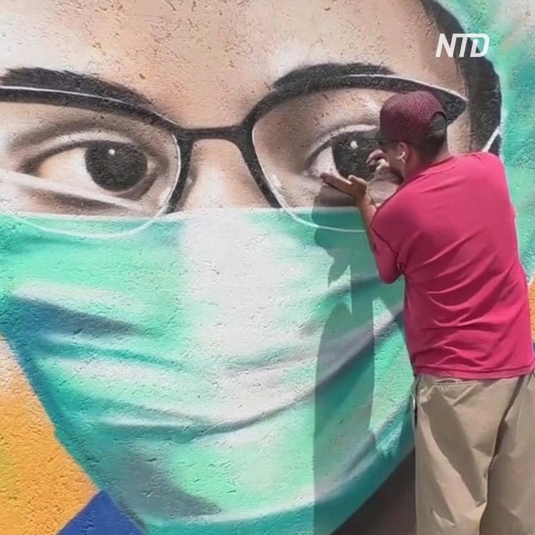 Гигантские медсёстры появились на стенах домов в Мехико