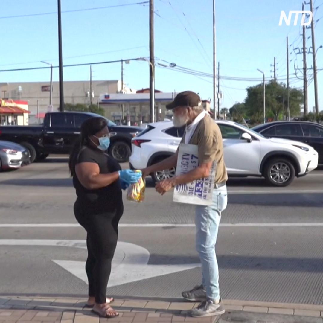 Бездомная готовит сэндвичи и раздаёт их бездомным