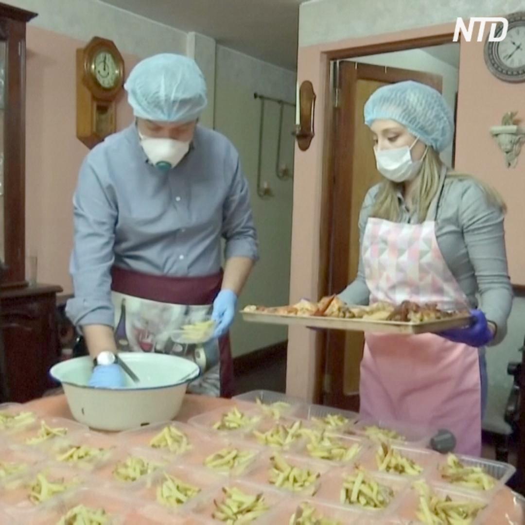 Семья готовит обеды и бесплатно раздаёт полицейским и медикам