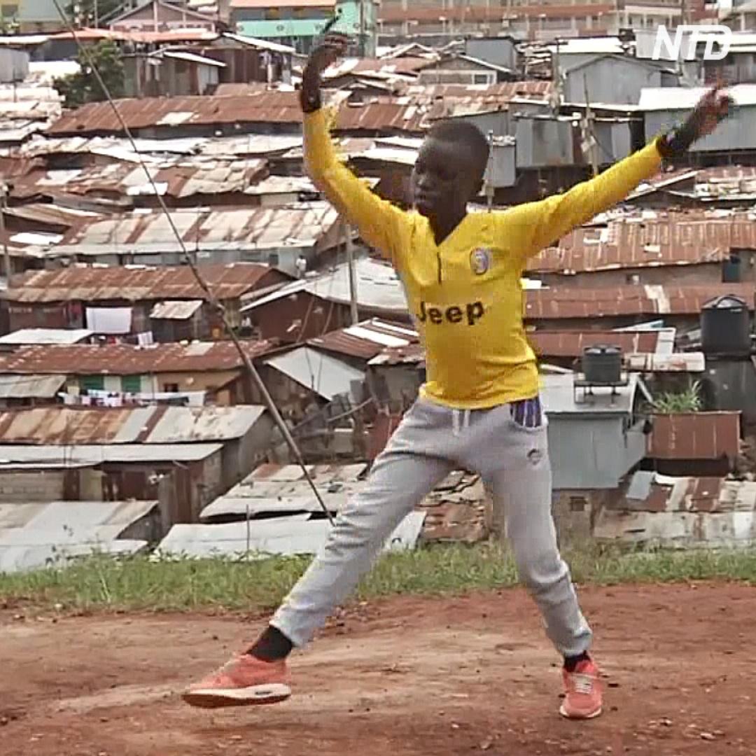 Танцор из трущоб занимается балетом на улице