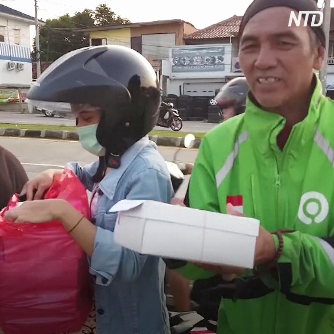 Студенты развозят бесплатные обеды в индонезийском городе Депок