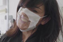 Итальянцам надевают прозрачные маски, чтобы было видно улыбку
