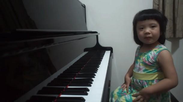 Трёхлетняя девочка поражает игрой на фортепиано