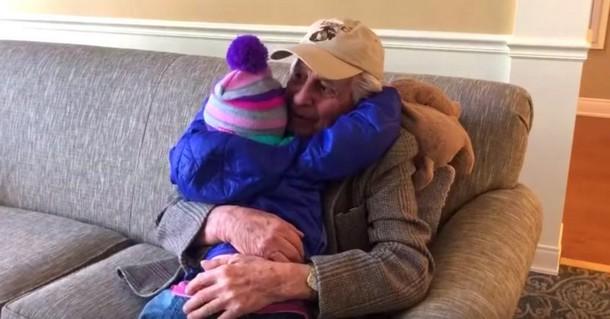 Кого из 60 стариков выбрала в друзья трёхлетняя девочка