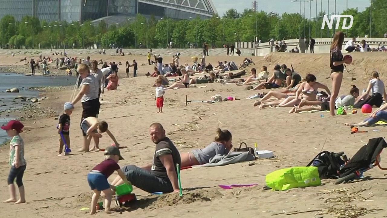 Без масок и дистанцирования: петербуржцев солнце выманило на пляжи