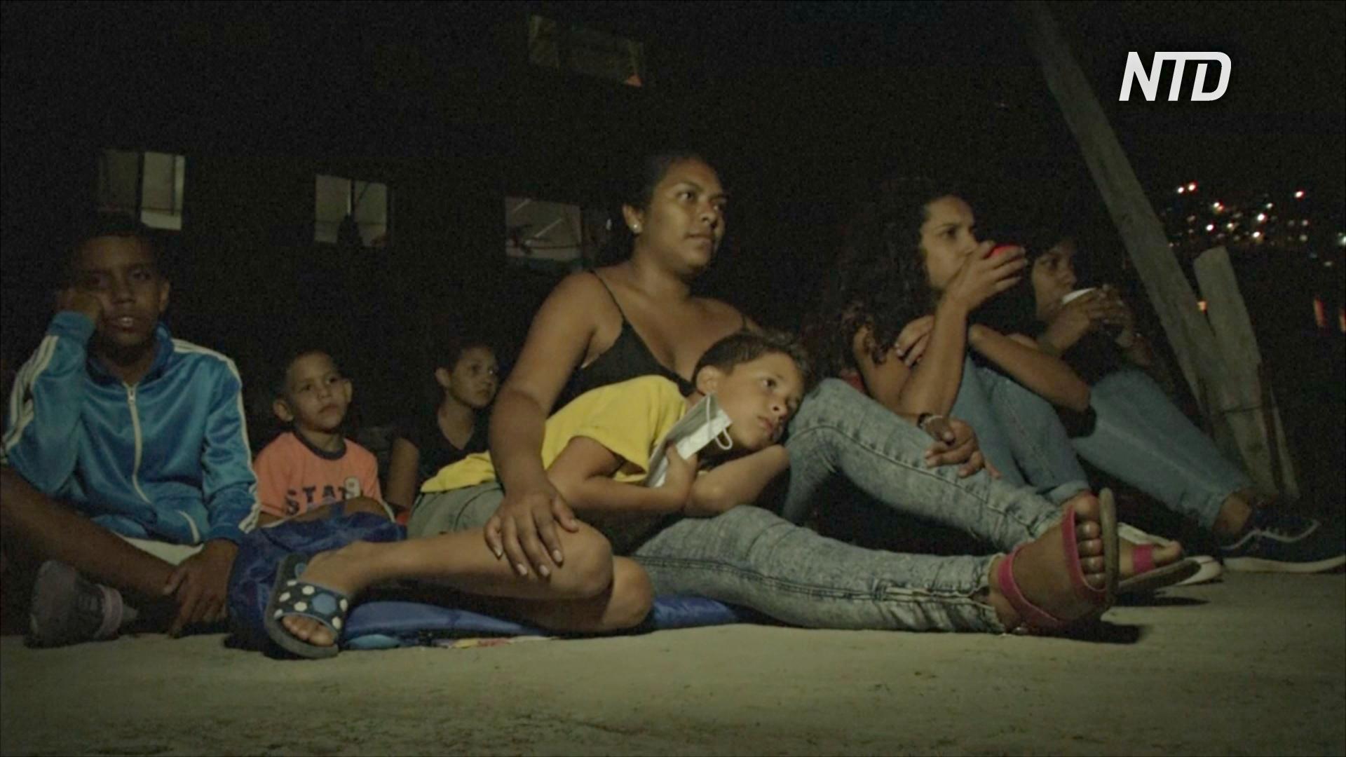 Кинотеатр на крыше: семьям в трущобах Каракаса помогают пережить карантин