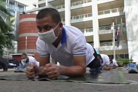 Йога против COVID-19: полицейские в Бангладеш укрепляют иммунитет