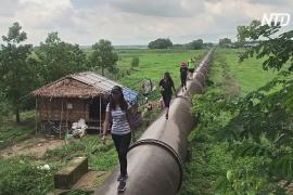 Туристы гуляют по старому водопроводу в Мьянме