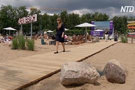Позагорать в центре города: в Вильнюсе сделали собственный песчаный пляж
