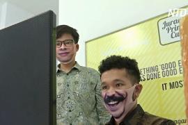 Творчество во время пандемии: индонезиец и малазиец создают креативные маски