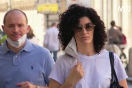 На ухе или на локте: как чаще носят маски итальянцы