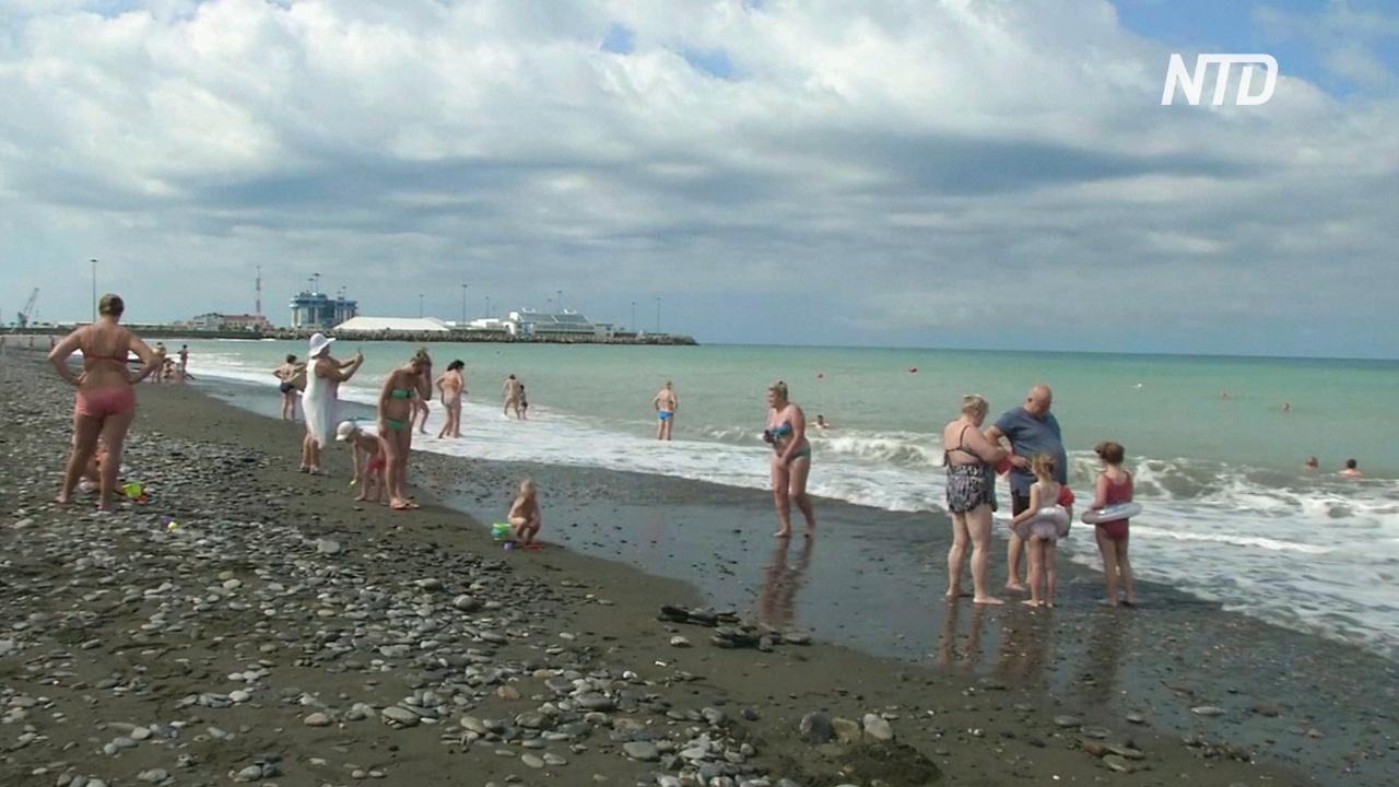 На открывшиеся пляжи в Сочи постепенно съезжаются отдыхающие