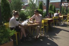 Москвичи снова сидят за столиками кафе и ресторанов