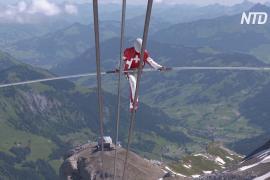 Акробаты выполнили трюки среди Альп, чтобы поддержать всех артистов