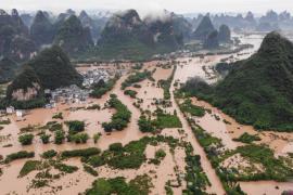 Китай страдает от наводнений и нашествия саранчи