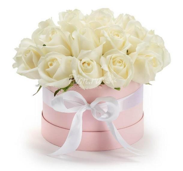 Коробка с 21 белой розой