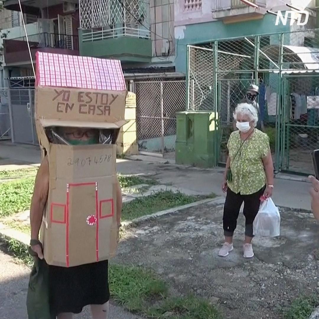 Из-за пандемии бабушка перемещается по улицам в картонном доме