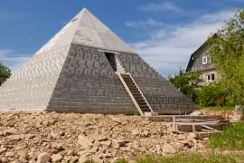 Уменьшенную копию пирамиды Хеопса построили под Петербургом