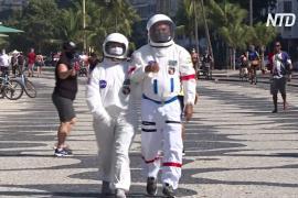 На пляж – как в космос: зачем бразильская пара ходит в костюмах астронавтов