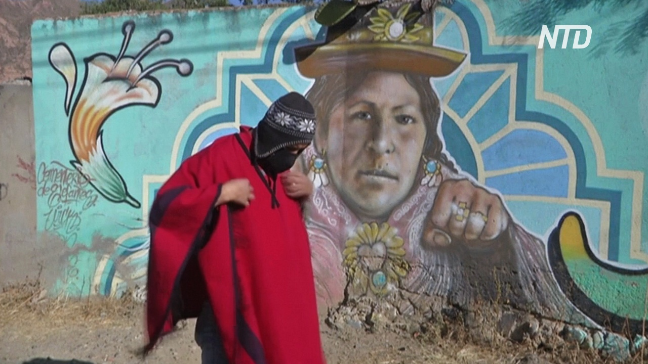 Боливиец одевается, как почтовый курьер инков, и доставляет заказы