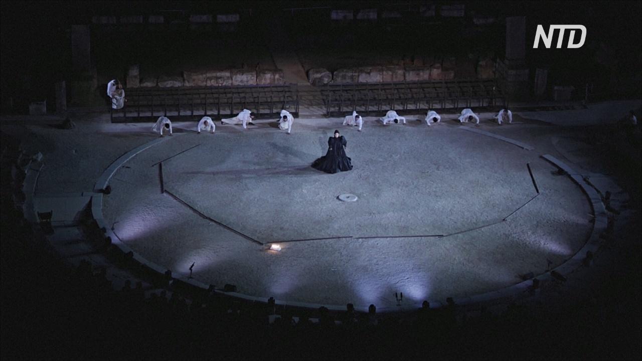 В античном театре Эпидавра в Греции шоу проходят в условиях соцдистанцирования