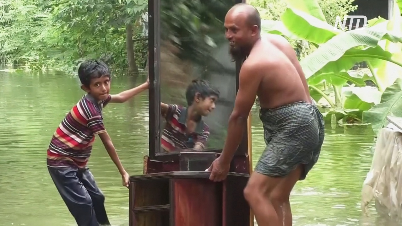Наводнение в пригроде Дакки: люди бегут в убежища