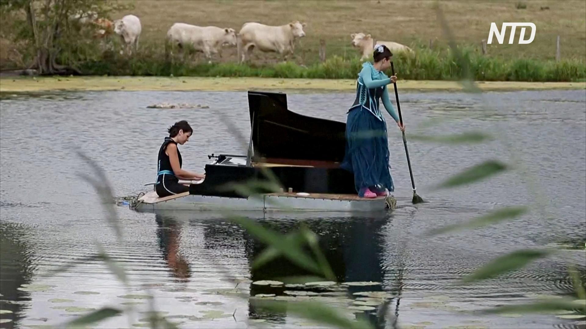 Плавающее фортепиано: французы дают концерты на воде