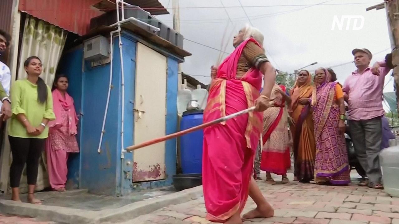 Индийская бабушка удивляет навыками искусства боя на палках