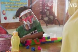 Прозрачные палатки и онлайн-уроки: как детский сад в Индонезии приспосабливается к пандемии
