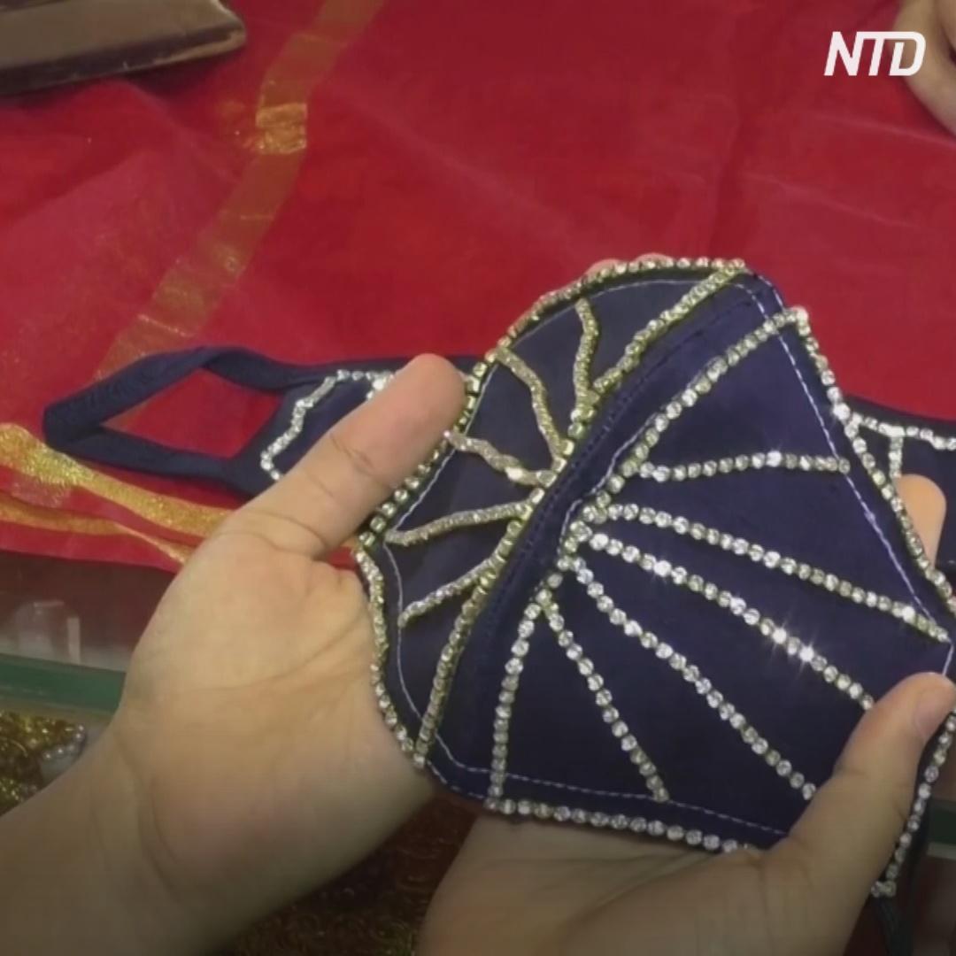Бриллиантами украшают маски для лица в Индии