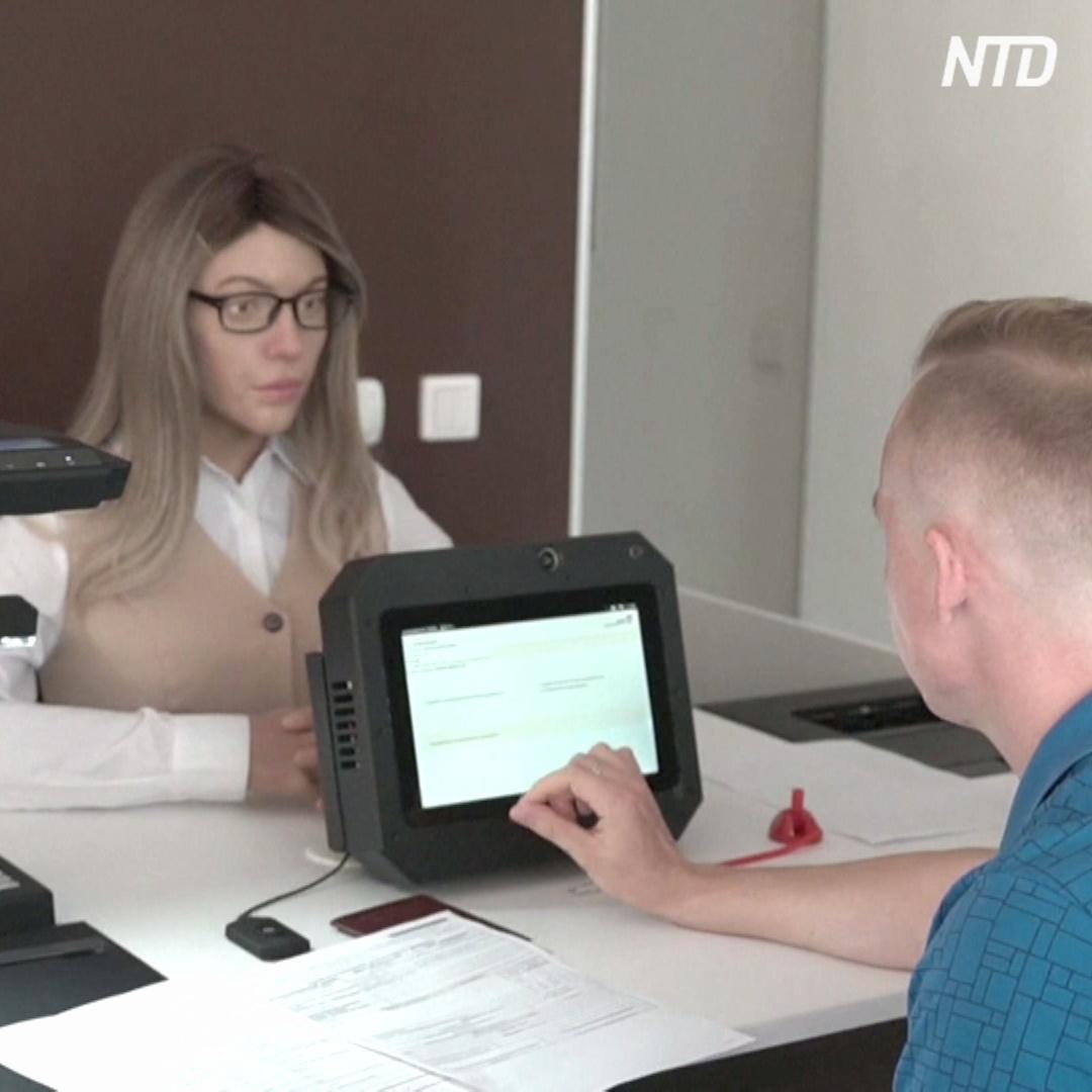 Девушка-робот обескураживает посетителей МФЦ Перми