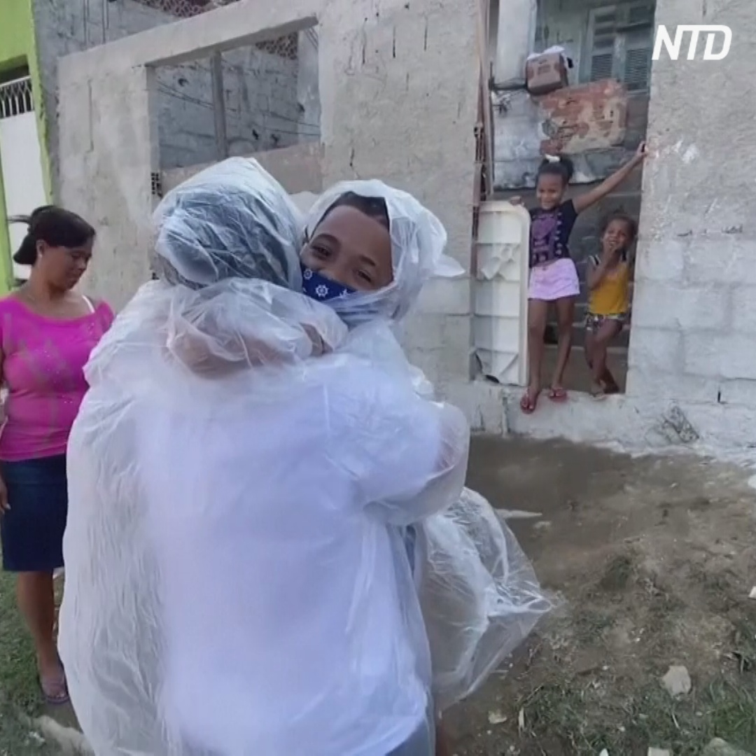 Бразильская учительница ходит обнимать своих учеников на карантине