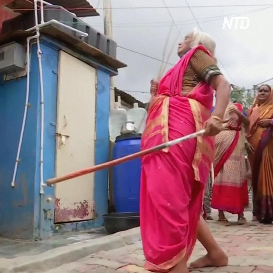 85-летняя бабушка показывает искусство боя на палках