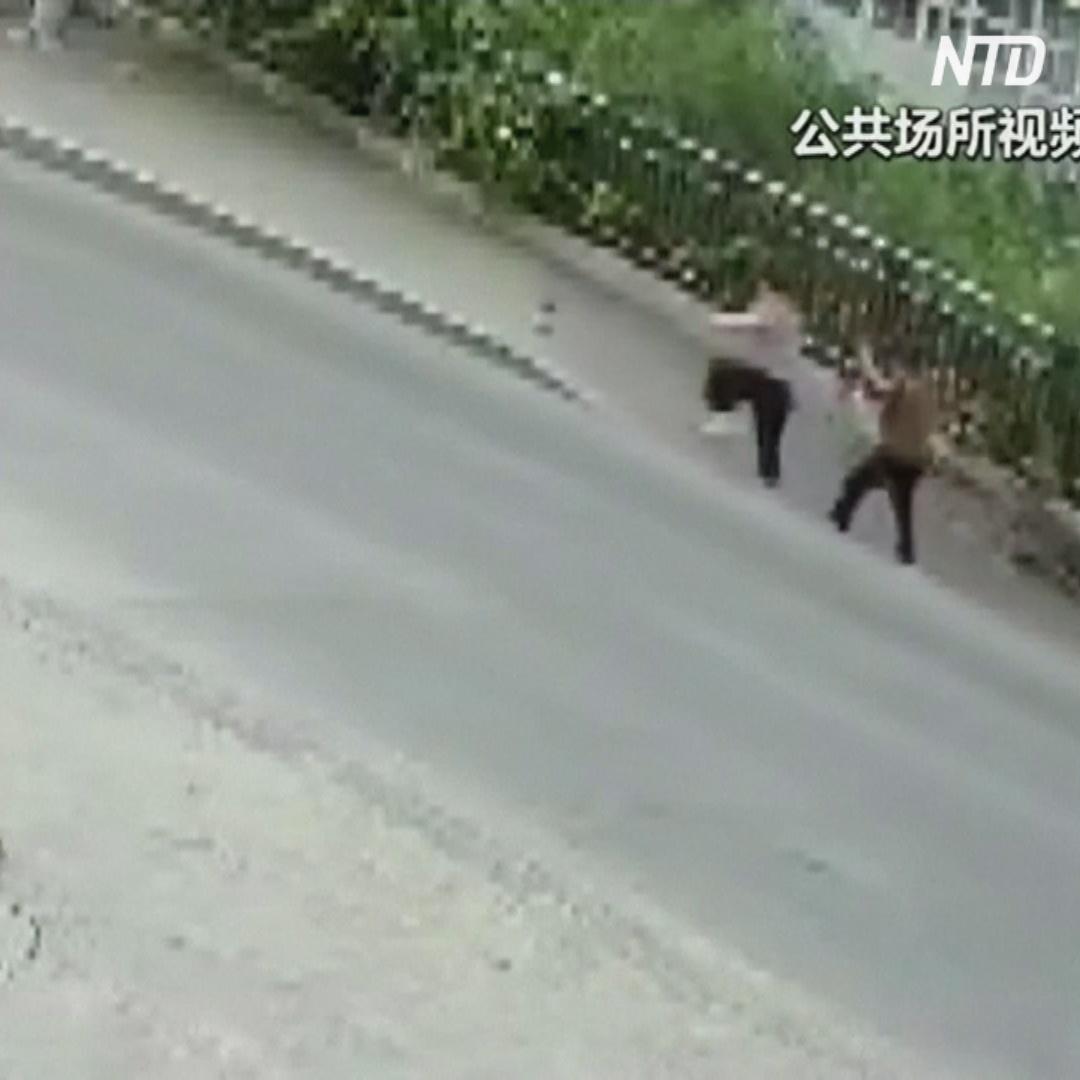 Тротуар в Китае провалился с двумя пешеходами