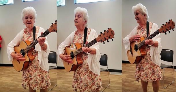 О чём весело под гитару поёт 90-летняя бабушка