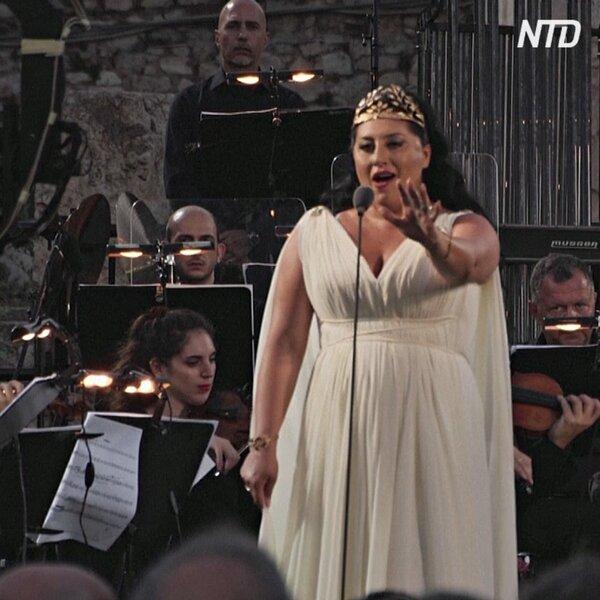 Оперное пение звучало в Афинах у древних развалин