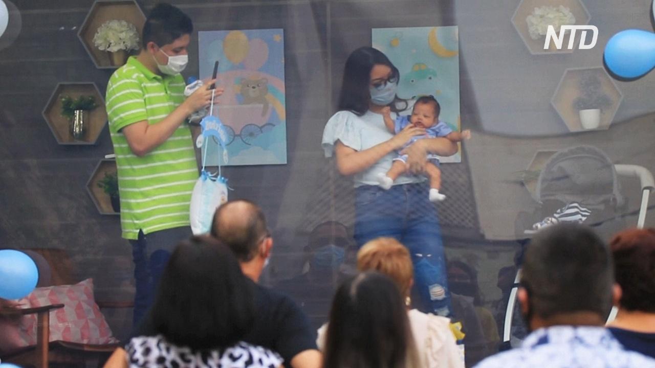 В Мексике младенцев показывают родственникам из прозрачного кузова грузовика