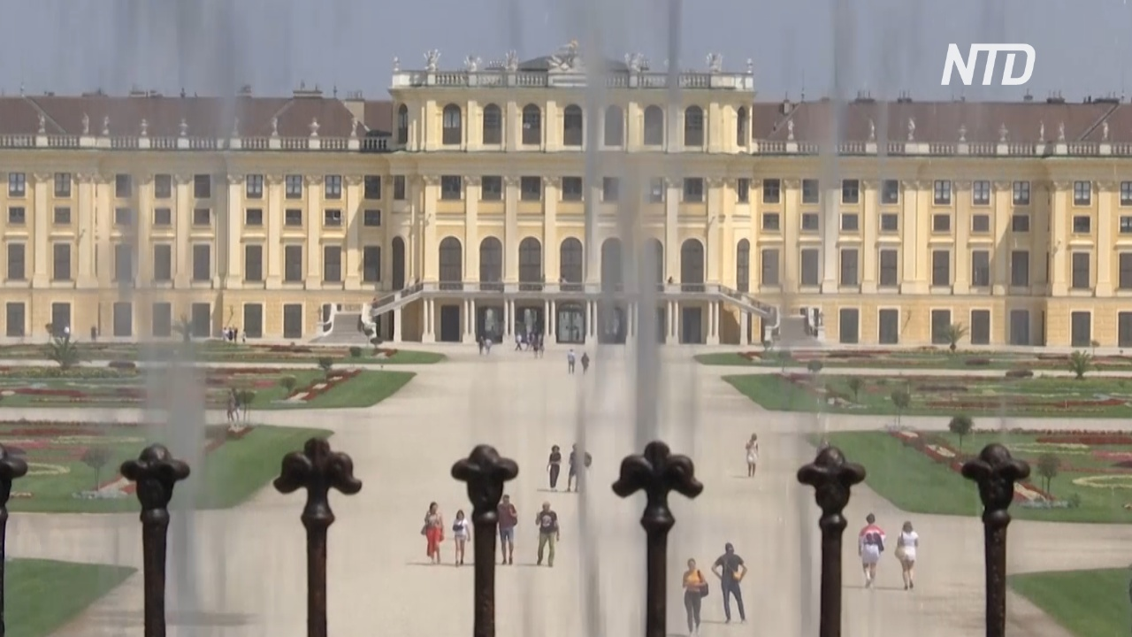 Туристы постепенно возвращаются во дворец Шёнбрунн в Вене