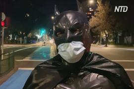В Сантьяго появился свой Бэтмен, который кормит бездомных