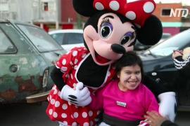 В Буэнос-Айресе к бедным детям пришли волонтёры в костюмах мультяшных героев