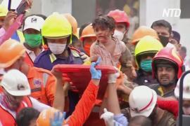 Из-под рухнувшей пятиэтажки в Индии спасли ребёнка