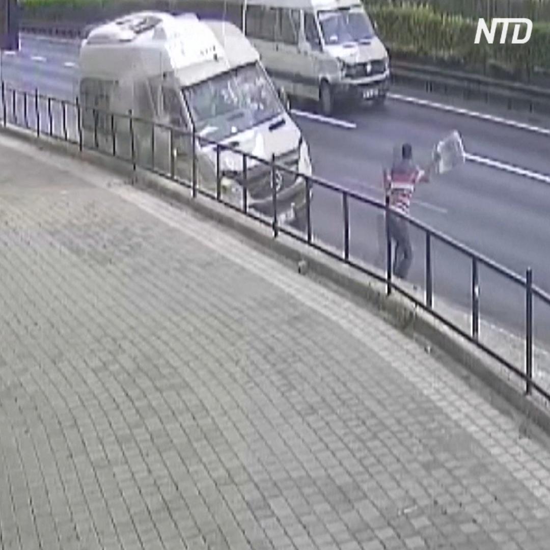 Шокирующие кадры в камеры видеонаблюдения: мужчина чудом избежал смерти