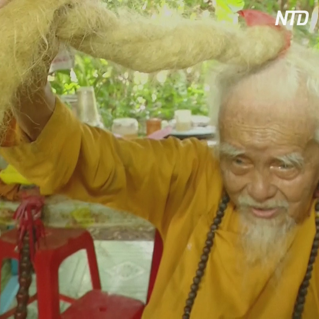 Вьетнамец не стригся 70 лет и отрастил 5-метровые волосы