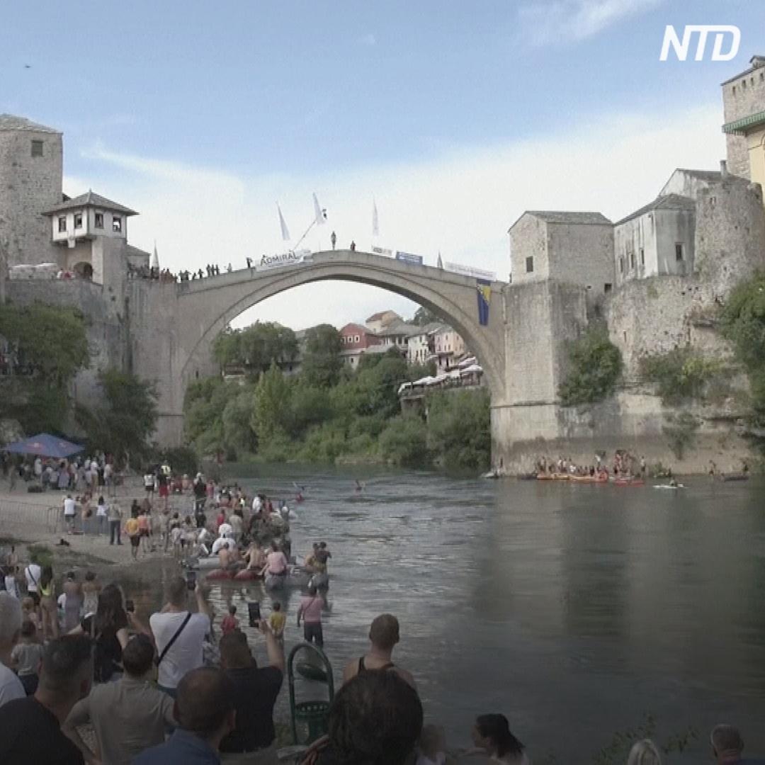 Прыжки с 24-метрового моста в ледяную реку: в Боснии прошёл ежегодный конкурс