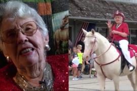 100-летняя бабушка возглавила парад верхом на коне