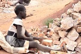 Угандийские дети измельчают камни и зарабатывают по доллару в день