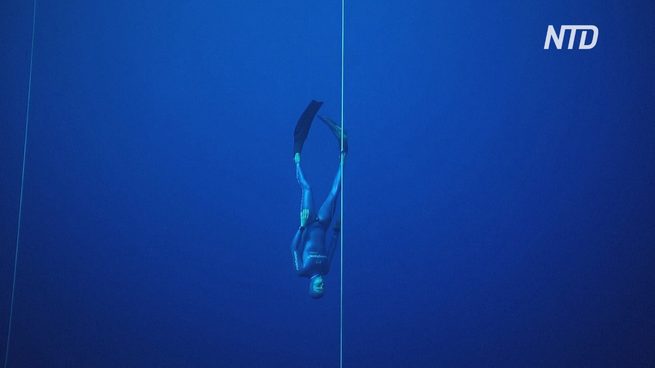 Французский фридайвер опустился под воду на рекордные 112 метров