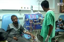 В йеменских больницах аппараты для диализа вращают вручную из-за отключения света