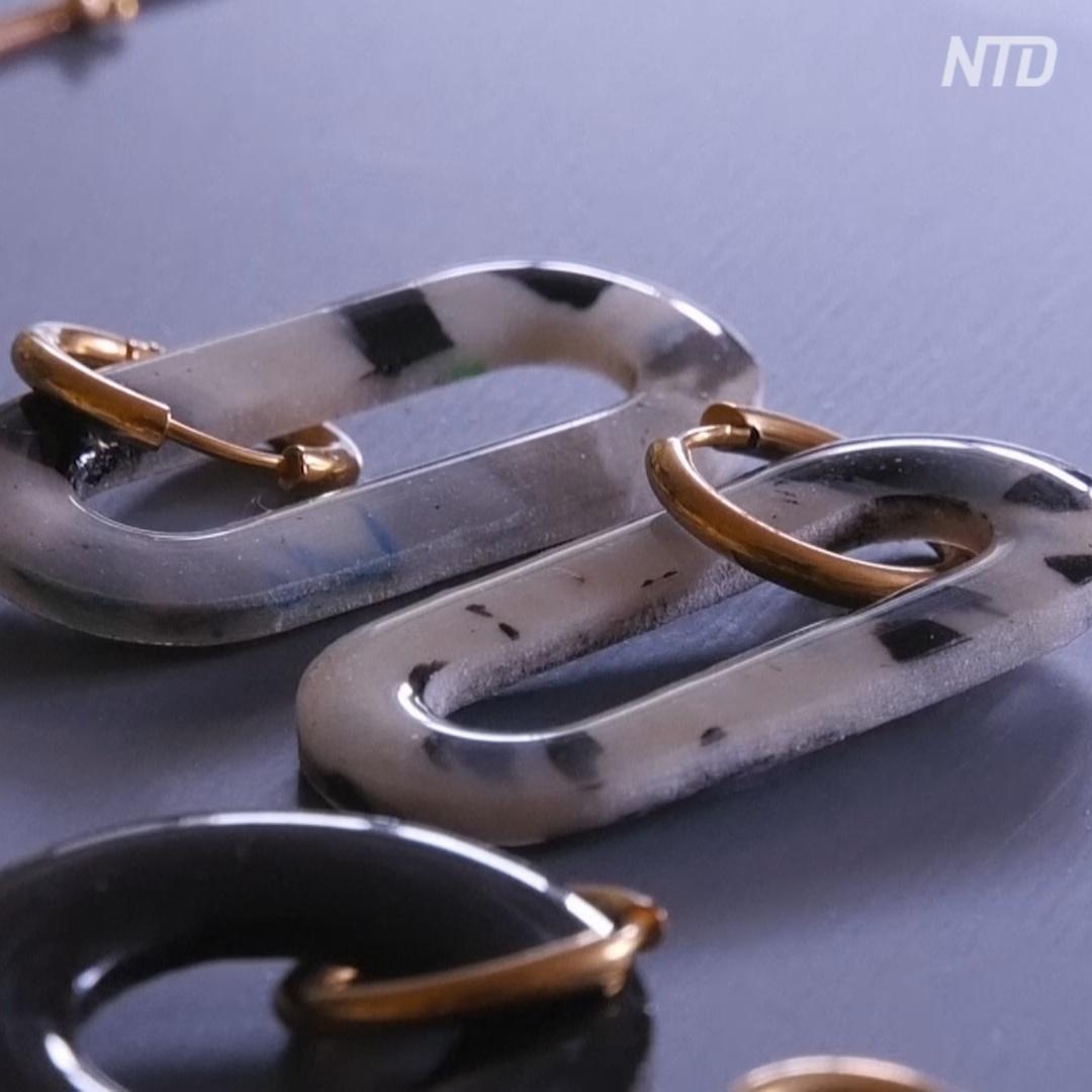 Москвичка делает необычную бижутерию из пластика